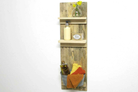 Badezimmer Regal Palettenholz Vorderansicht mit Deko