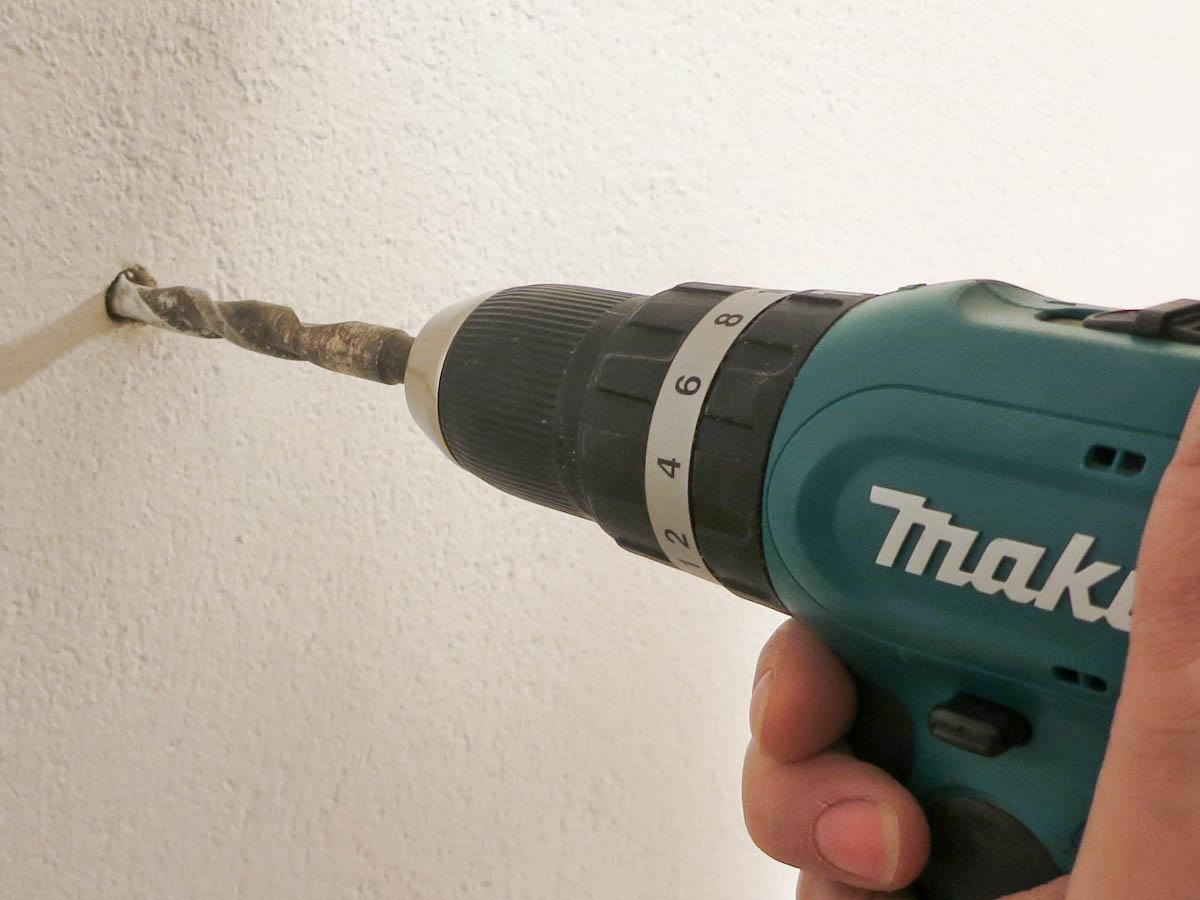 bohren in eine Steinwand mit dem Makita Schlagbohrschrauber