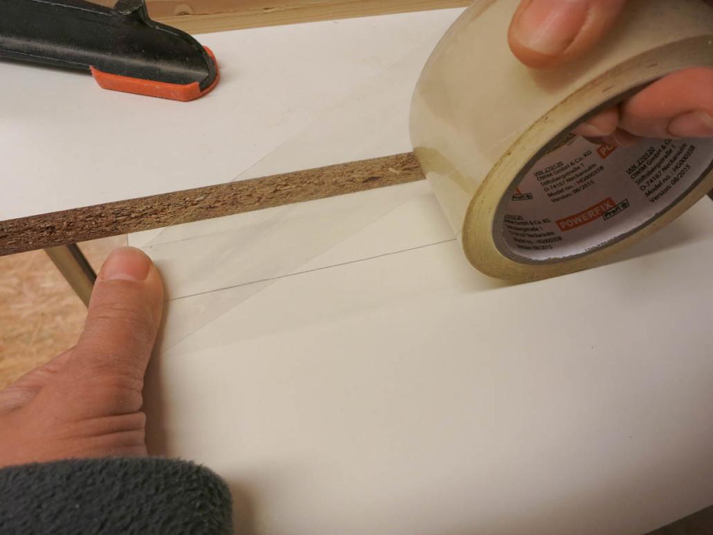Schnittkante abkleben mit Tesa damit der Stichsägenschnitt ausrissfrei wird