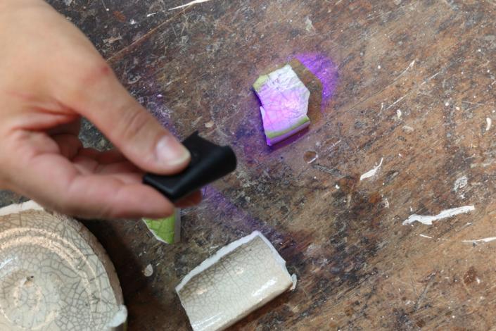 Klebefläche mit Licht bestrahlen