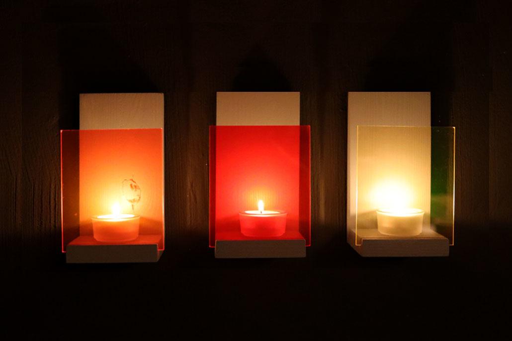 Wandkonsole mit Teelichtern und Acrylglas